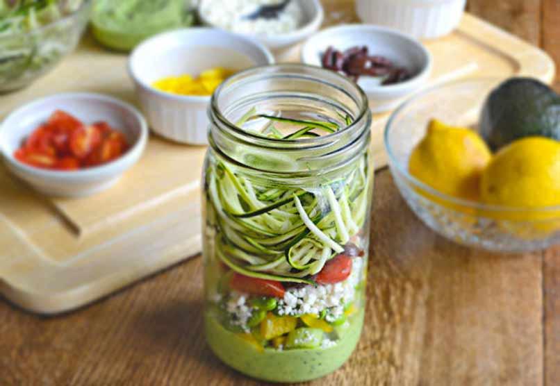 Salade in een Potje Courgette Pasta met Avocado Spinazie Dressing