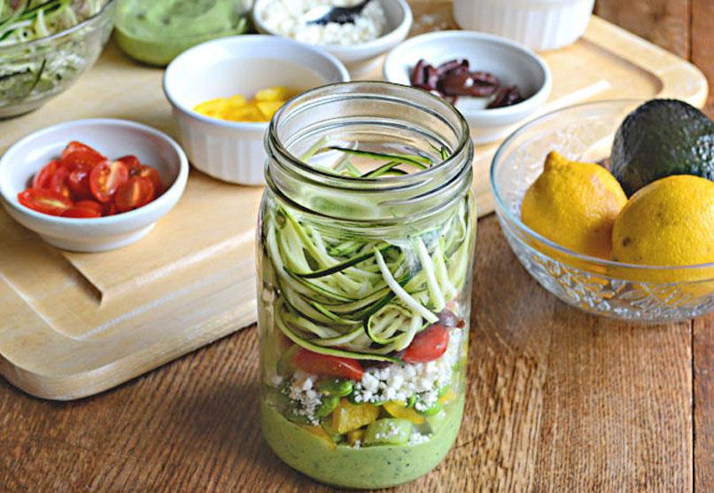 Salade in een Potje: Courgette Pasta met Avocado Spinazie Dressing