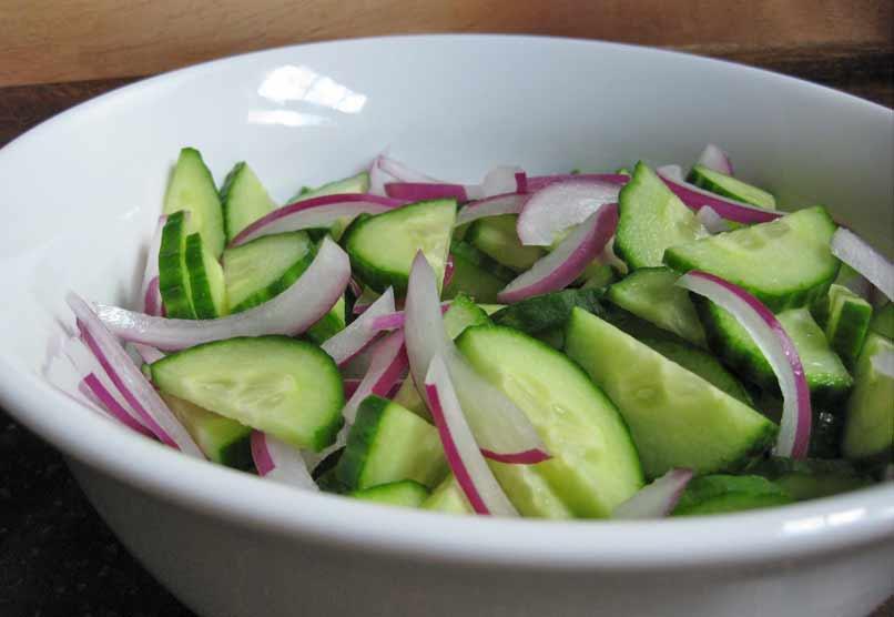 Komkommer en uien salade