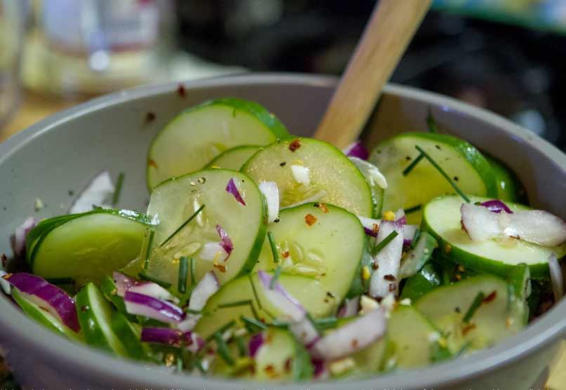 Pittige komkommer en rode uien salade 100 Calorieën