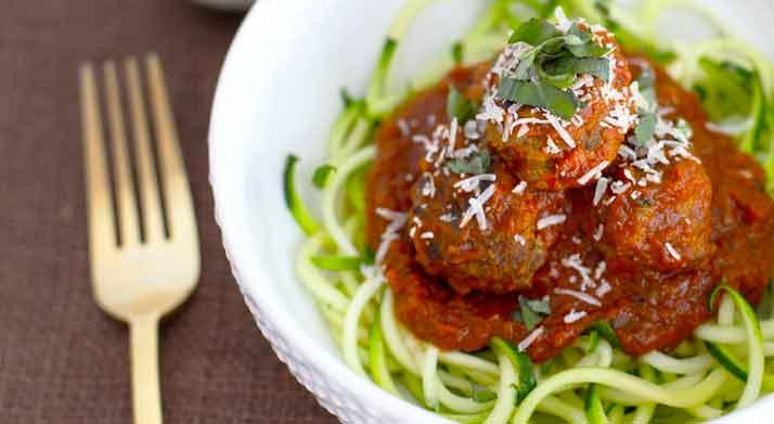 Spiraalsnijder Recepten - Courgette Noedels met Kalkoen Gehaktballen en Marinara Saus - 365 calorieën