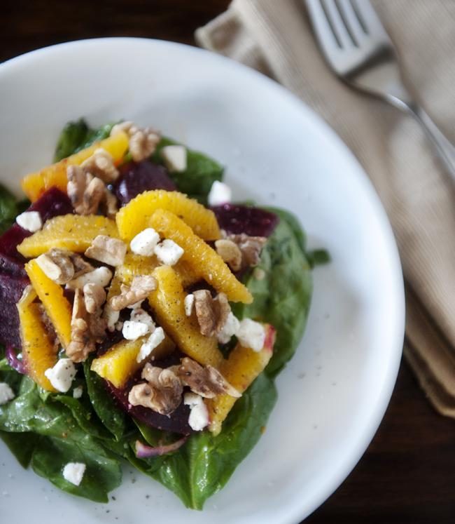 geroosterde bieten, sinaasappel- en feta-salade met walnoten
